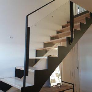 Escalier droit métallique avec marches en bois