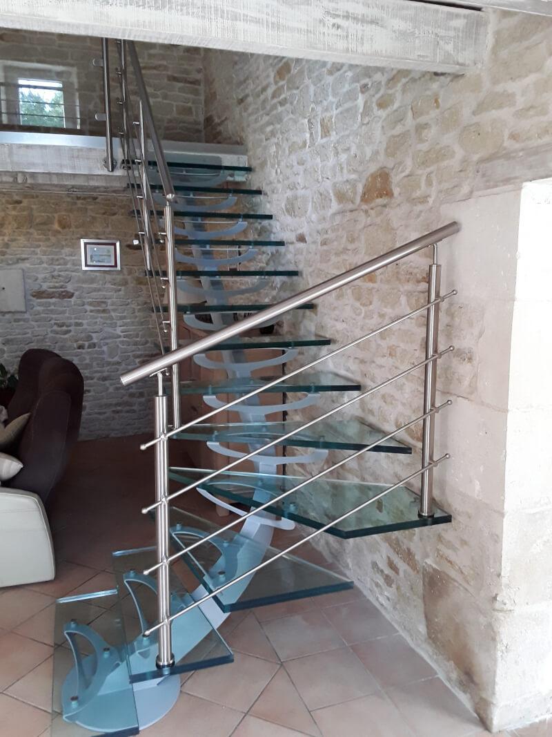 Escalier 1/4 tournant métallique avec marches en verre
