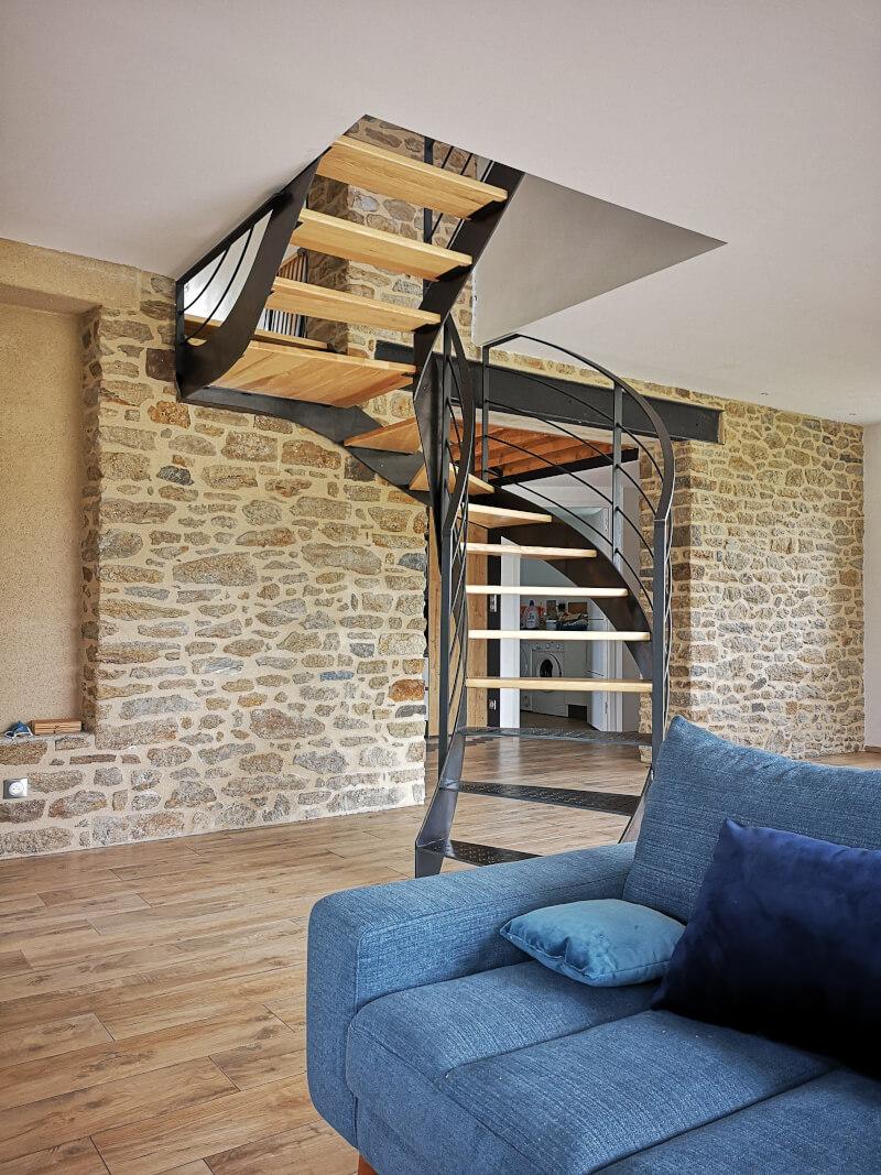 Escalier colimaçon métallique avec marches en bois