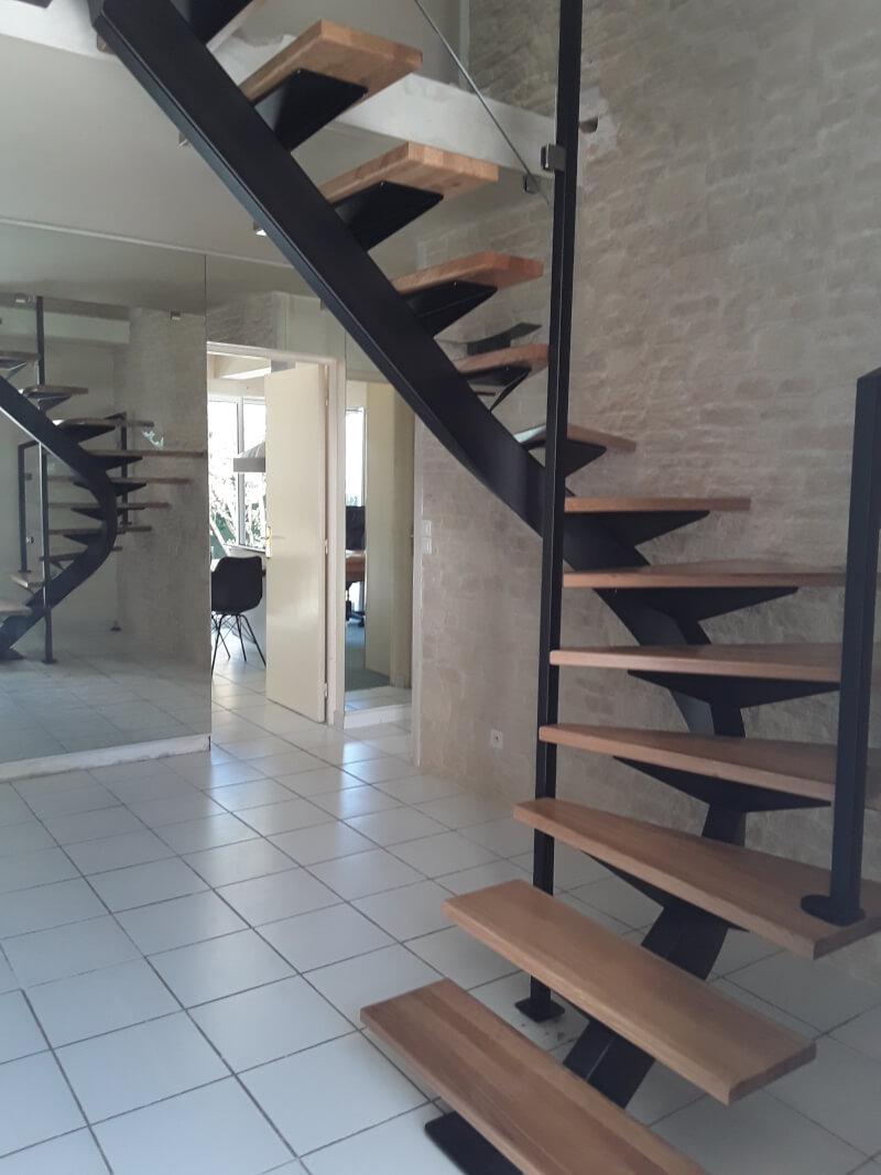 Escalier 2/4 tournant métallique avec marches en bois