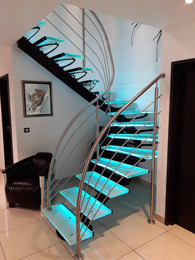 Escalier 2/4 tournant métallique avec marches en verre