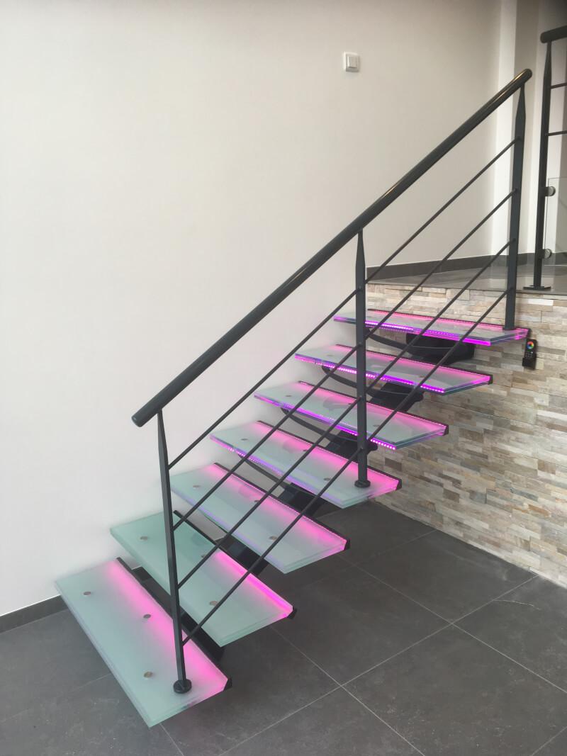 Escalier droit métallique avec marches en verre