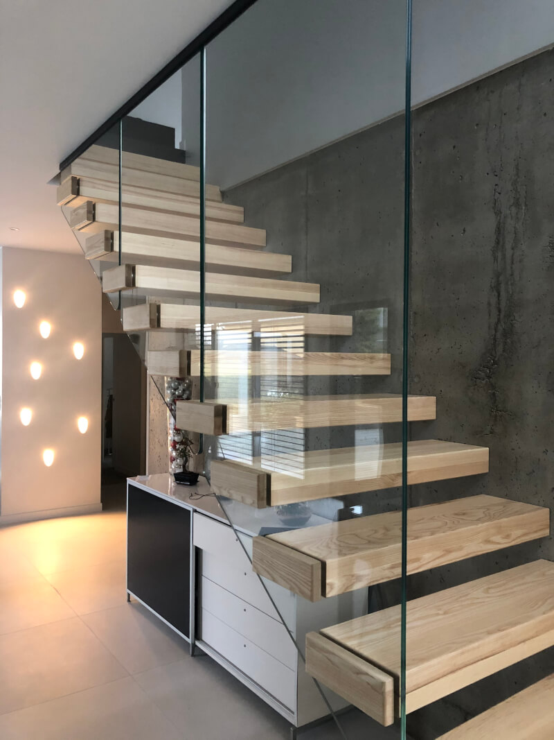 Escalier droit suspendu avec marches en bois