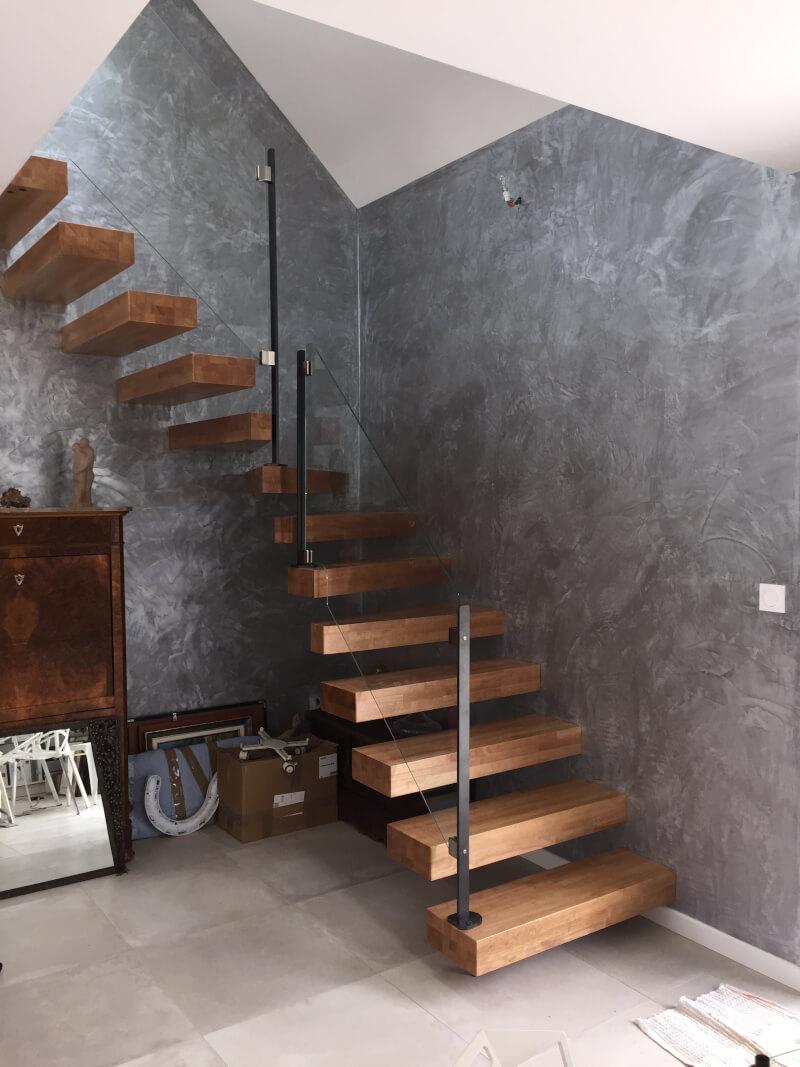 Escalier 1/4 tournant suspendu avec marches en bois